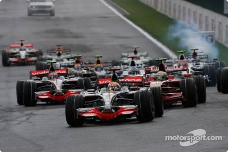 Start, Lewis Hamilton, McLaren Mercedes (MP4-23) leads Felipe Massa, Scuderia Ferrari (F2008)