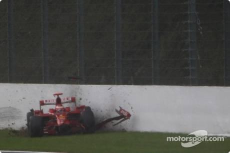 Kimi Raikkonen, Scuderia Ferrari (F2008) crashed