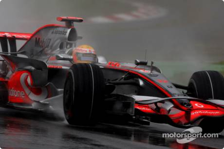 Lewis Hamilton, McLaren Mercedes (MP4-23) Spins