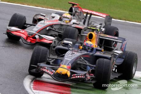 Mark Webber, Red Bull Racing (RB4) and Lewis Hamilton, McLaren Mercedes (MP4-23)