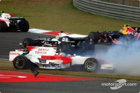 Jarno Trulli, Toyota Racing (TF108) crashes at the start of the race