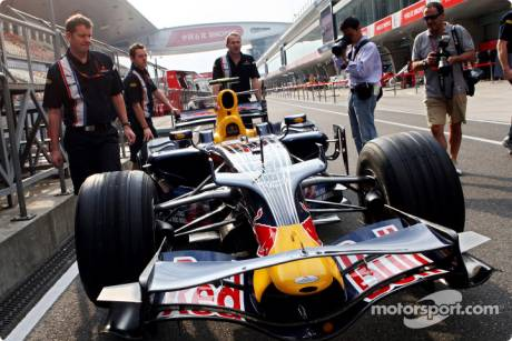 Crew members with the RB4 of Mark Webber
