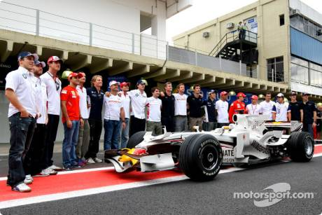 Drivers gather for a photo with David Coulthard, Red Bull Racing, RB4, Wings For Life Livery