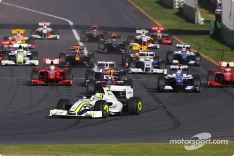 Start: Jenson Button, Brawn GP F1 Team (BRAWNGP001) leads the field