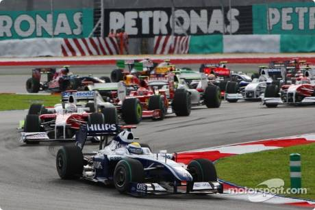 Start: Nico Rosberg, Williams F1 Team (FW31) leads the field