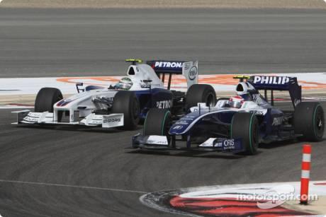 Kazuki Nakajima, Williams F1 Team (FW31) overtakes Nick Heidfeld, BMW Sauber F1 Team (F1.09)