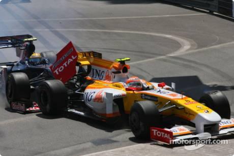 Sebastien Buemi (Scuderia Toro Rosso, STR04) and Nelson A. Piquet (Renault F1 Team, R29) crash