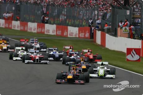 Start: Sebastian Vettel (Red Bull Racing, RB5) leads the field
