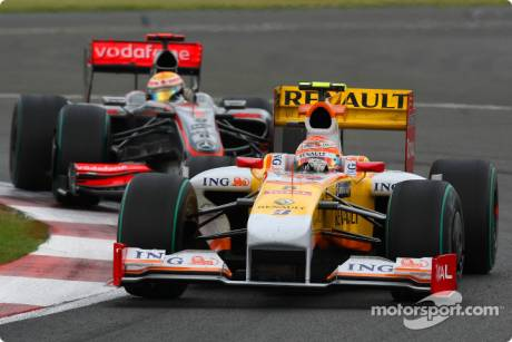 Nelson A. Piquet (Renault F1 Team, R29) leads Lewis Hamilton (McLaren Mercedes, MP4-24)
