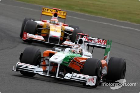 Adrian Sutil (Force India F1 Team, VJM02) leads Fernando Alonso (Renault F1 Team, R29)