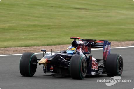 Sebastien Bourdais (Scuderia Toro Rosso, STR4), damage to his car after making contact with Heikki Kovalainen (McLaren Mercedes, MP4-24)