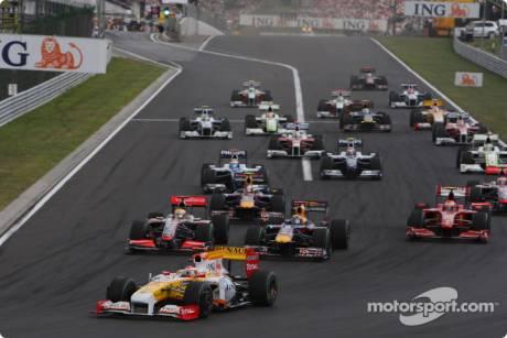 Start: Fernando Alonso (Renault F1 Team, R29) leads the field