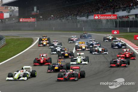 Start of the race with Rubens Barrichello (Brawn GP F1 Team, BGP001), Lewis Hamilton (McLaren Mercedes, MP4-24) and Mark Webber (Red Bull Racing, RB5) and the field