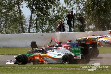 Crash; Adrian Sutil (Force India F1 Team, VJM02), Jaime Alguersuari (Scuderia Toro Ross, STR4), Lewis Hamilton (McLaren Mercedes, MP-4-24) and Romain Grosjean (Renault F1 Team, R29)