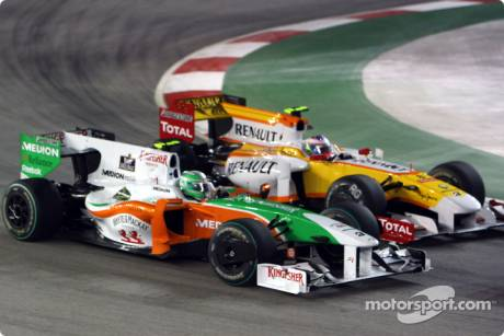 Vitantonio Liuzzi (Force India F1 Team, VJM02) and Romain Grosjean (Renault F1 Team, R29)