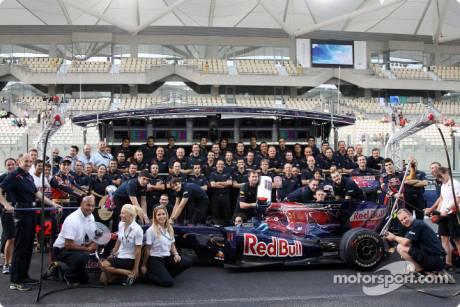 Scuderia Toro Rosso, Group Picture, STR4, Sebastien Buemi, Jaime Alguersuari