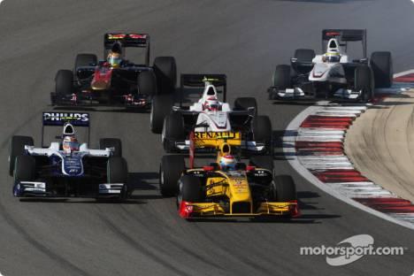 Vitaly Petrov (Renault F1 Team, R30) and Nico Hulkenberg (Williams F1 Team, FW32)
