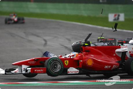 Trouble for Rubens Barrichello (Williams F1 Team, FW32) and Fernando Alonso (Scuderia Ferrari, F10)