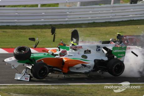 Vitantonio Liuzzi (Force India F1 Team, VJM03) crashes with Felipe Massa (Scuderia Ferrari, F10)