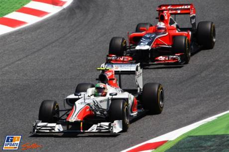 Narian Karthikeyan (Hispania Racing F1 Team, F111) and Timo Glock (Marussia Virgin Racing, MVR-02)