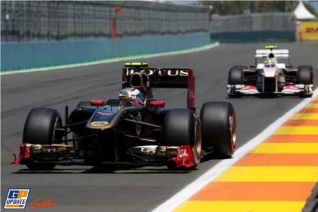 Vitaly Petrov (Lotus Renault GP, R31) and Sergio Perez (Sauber F1 Team, C30)