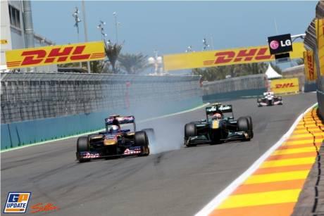 Sebastien Buemi (Scuderia Toro Rosso, STR6) and Jarno Trulli (Team Lotus, T128)