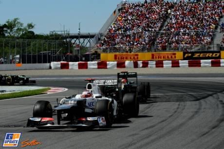 Kamui Kobayashi (Sauber F1 Team, C31) leading Heikki Kovalainen (Caterham F1 Team, CT01)