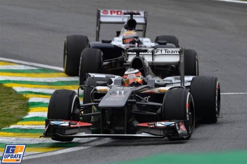Nico Hülkenberg (Sauber F1 Team, C32) and Pastor Maldonado (Williams F1 Team, FW35)