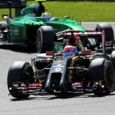 Romain Grosjean (Lotus F1 Team, E22) and Marcus Ericsson (Caterham F1 Team, CT05)