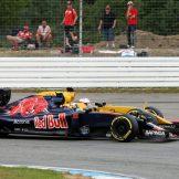 Carlos Sainz Jr. (Scuderia Toro Rosso, STR11) and Kevin Magnussen (Renault F1 Team, RS16)
