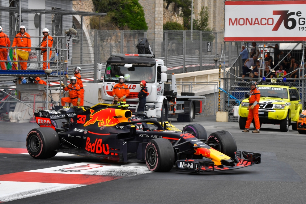 Max Verstappen (Red Bull Racing, RB14) and Carlos Sainz Jr. (Renault F1 Team, RS18)